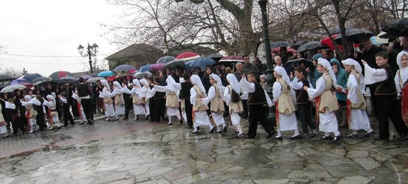 Αντάμωσαν παράδοση και βροχή στην Τσαριτσάνη!