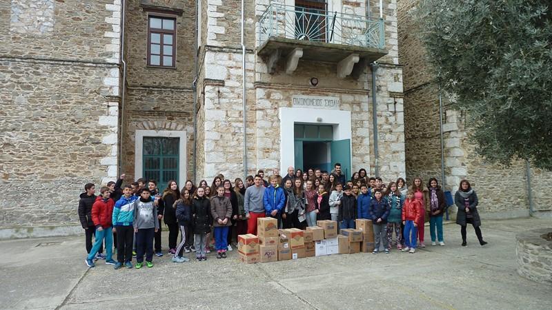 Γυμνάσιο-Λύκειο Τσαριτσάνης: Προσφορά τροφίμων στο Κοινωνικό Παντοπωλείο της Μητρόπολης