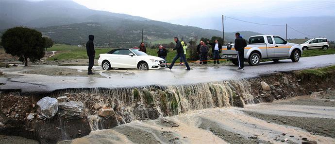 Έσπασε φράγμα στο Σπαρμό – Πλημμύρισαν εκτάσεις – Ξηλώθηκε δρόμος