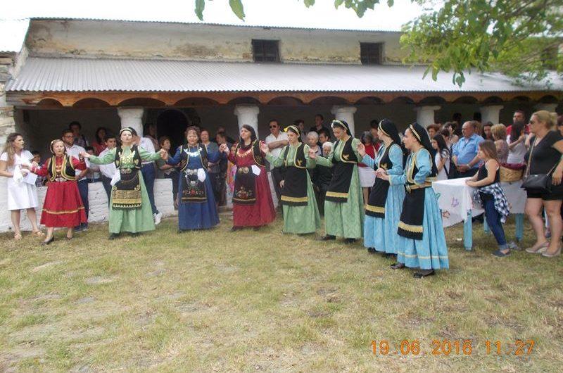 Με παραδοσιακούς χορούς γιόρτασαν την Αγία Τριάδα στη Σκαμνιά