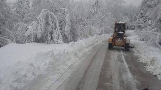 Αντίξοες οι συνθήκες με το χιονιά στην ορεινή Καρυά Ελασσόνας