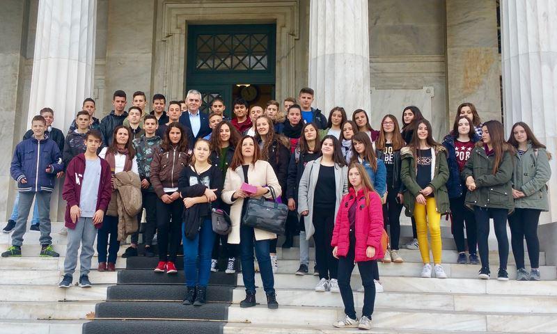 Με μαθητές του Γυμνασίου Ελασσόνας στη Βουλή ο Μαξ. Χαρακόπουλος