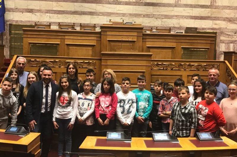 Στα βουλευτικά έδρανα ο Κατσιαντώνης με μαθητές και γονείς από το Δαμάσι Λάρισας