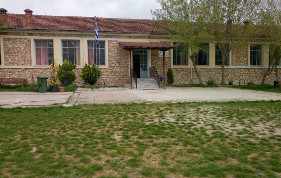 Μετά από μήνες κωλυσιεργίας ο Δήμος αντικαθιστά εν μέσω Οκτωβρίου τη στέγη του Δημοτικού Καλλιθέας