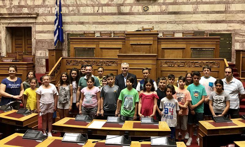 """Χαρακόπουλος σε μαθητές Ελασσόνας: Στη Βουλή έχει μπει """"κάθε καρυδιάς καρύδι""""!"""